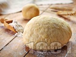 Универсално тесто (смес) за пица, питка и мекици с брашно, кисело мляко, вода, жива прясна мая (кубче) и сода - снимка на рецептата